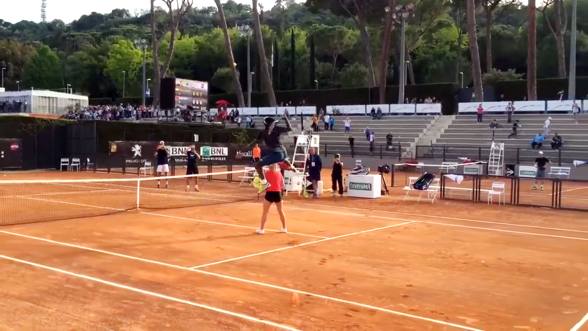Крутой трюк от Гаэля Монфиса на турнире в Риме