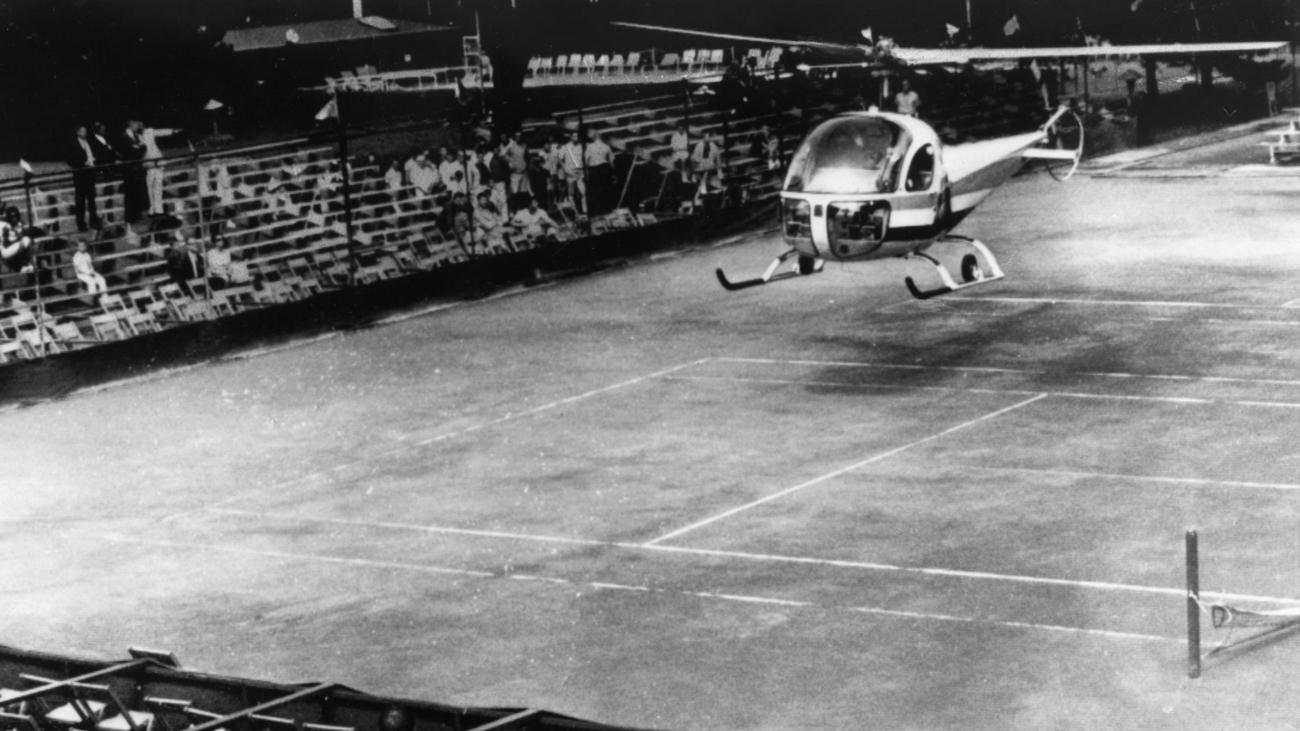 Фото дня: вертолет над теннисным кортом